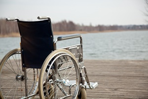 Rollstuhl steht am Strand