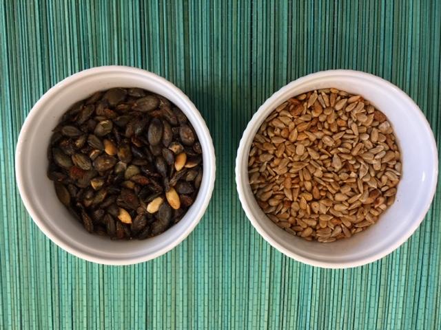 pestki dyni lub słonecznika prażone na patelni